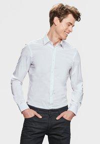WE Fashion - SLIM FIT STRETCH - Camicia - white - 0