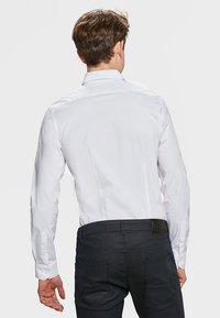 WE Fashion - SLIM FIT STRETCH - Camicia - white - 2