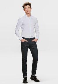 WE Fashion - SLIM FIT STRETCH - Camicia - white - 1