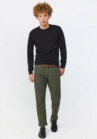 WE Fashion - EFFEN  - Chinot - army green - 1