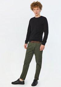 WE Fashion - EFFEN  - Chinot - army green - 3