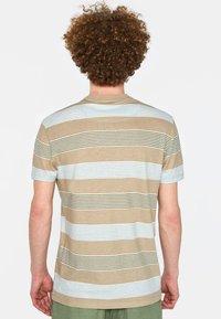 WE Fashion - WE FASHION HERREN-T-SHIRT AUS GESTREIFTEM LEINEN-MIX - Print T-shirt - beige - 2