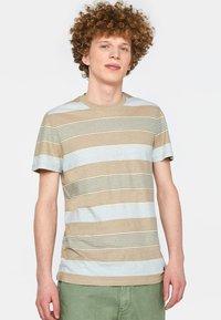 WE Fashion - WE FASHION HERREN-T-SHIRT AUS GESTREIFTEM LEINEN-MIX - Print T-shirt - beige - 0