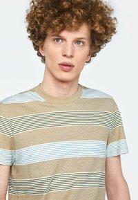 WE Fashion - WE FASHION HERREN-T-SHIRT AUS GESTREIFTEM LEINEN-MIX - Print T-shirt - beige - 3