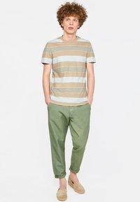 WE Fashion - WE FASHION HERREN-T-SHIRT AUS GESTREIFTEM LEINEN-MIX - Print T-shirt - beige - 1