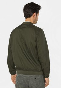 WE Fashion - WE FASHION HEREN LICHTGEWICHT BOMBERJACK - Bomberjacks - army green - 2