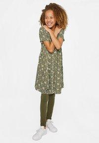 WE Fashion - WE FASHION MÄDCHENKLEID MIT BLUMENMUSTER - Shirt dress - army green - 1