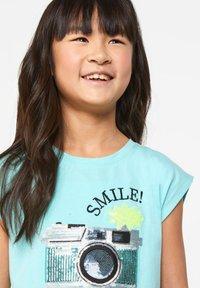 WE Fashion - WE FASHION MEISJES T-SHIRT MET PAILLETTEN - Print T-shirt - light blue - 3