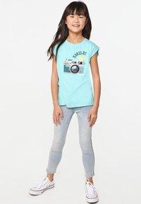 WE Fashion - WE FASHION MEISJES T-SHIRT MET PAILLETTEN - Print T-shirt - light blue - 2
