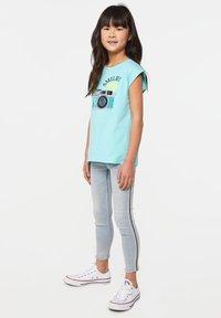 WE Fashion - WE FASHION MEISJES T-SHIRT MET PAILLETTEN - Print T-shirt - light blue - 1