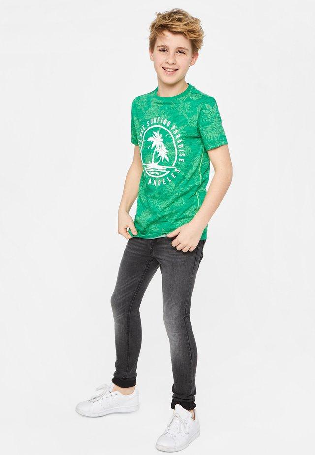 WE FASHION JUNGEN-T-SHIRT MIT MUSTER UND AUFDRUCK - Camiseta estampada - bright green