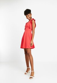 WAL G. - FRILL PLUNGE SKATER DRESS - Sukienka z dżerseju - coral - 1