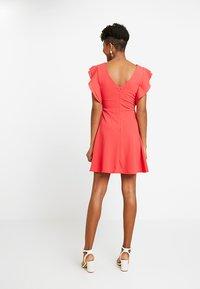 WAL G. - FRILL PLUNGE SKATER DRESS - Sukienka z dżerseju - coral - 2