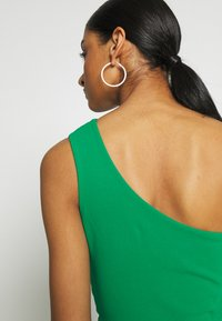 WAL G. - ONE SHOULDER MIDI DRESS WITH KNOT TIE - Etuikjole - green - 5