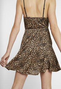 WAL G. - LEOPARD V NECKLINE DRESS - Vestito di maglina - brown - 6