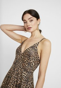 WAL G. - LEOPARD V NECKLINE DRESS - Vestito di maglina - brown - 4