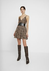WAL G. - LEOPARD V NECKLINE DRESS - Vestito di maglina - brown - 2