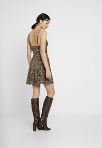 WAL G. - LEOPARD V NECKLINE DRESS - Vestito di maglina - brown