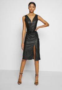 WAL G. - LEATHER LOOK MIDI DRESS - Sukienka etui - black - 1