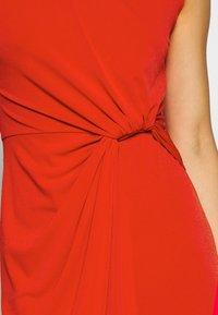 WAL G. - SIDE KNOT DRESS - Koktejlové šaty/ šaty na párty - red - 5
