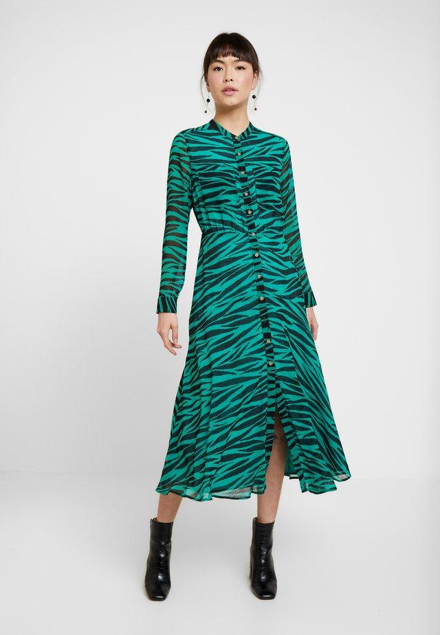 CARYS TIGER SHIRT DRESS - Długa sukienka - green