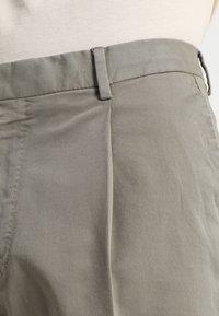 Whyred - IAN SHORT - Shorts - dusky green - 3