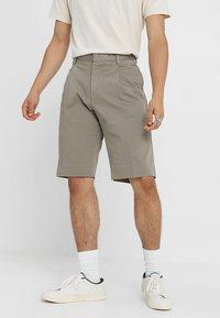 Whyred - IAN SHORT - Shorts - dusky green - 0