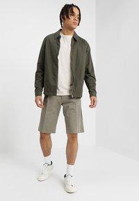 Whyred - IAN SHORT - Shorts - dusky green - 1
