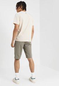 Whyred - IAN SHORT - Shorts - dusky green - 2