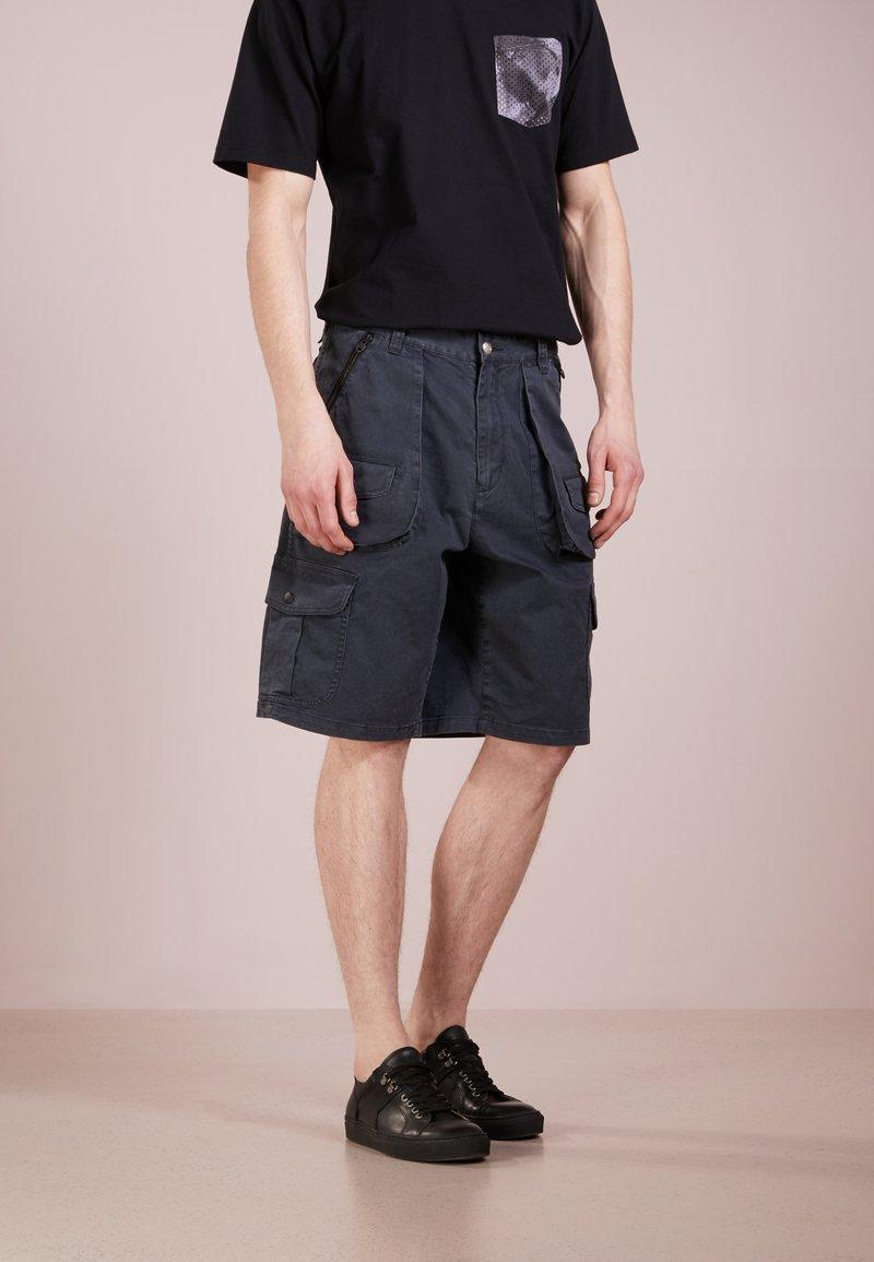 White Mountaineering - Shorts - blak
