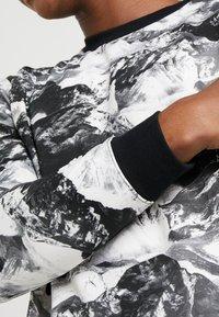 White Mountaineering - MOUNTAIN PRINTED - Langærmede T-shirts - black - 4