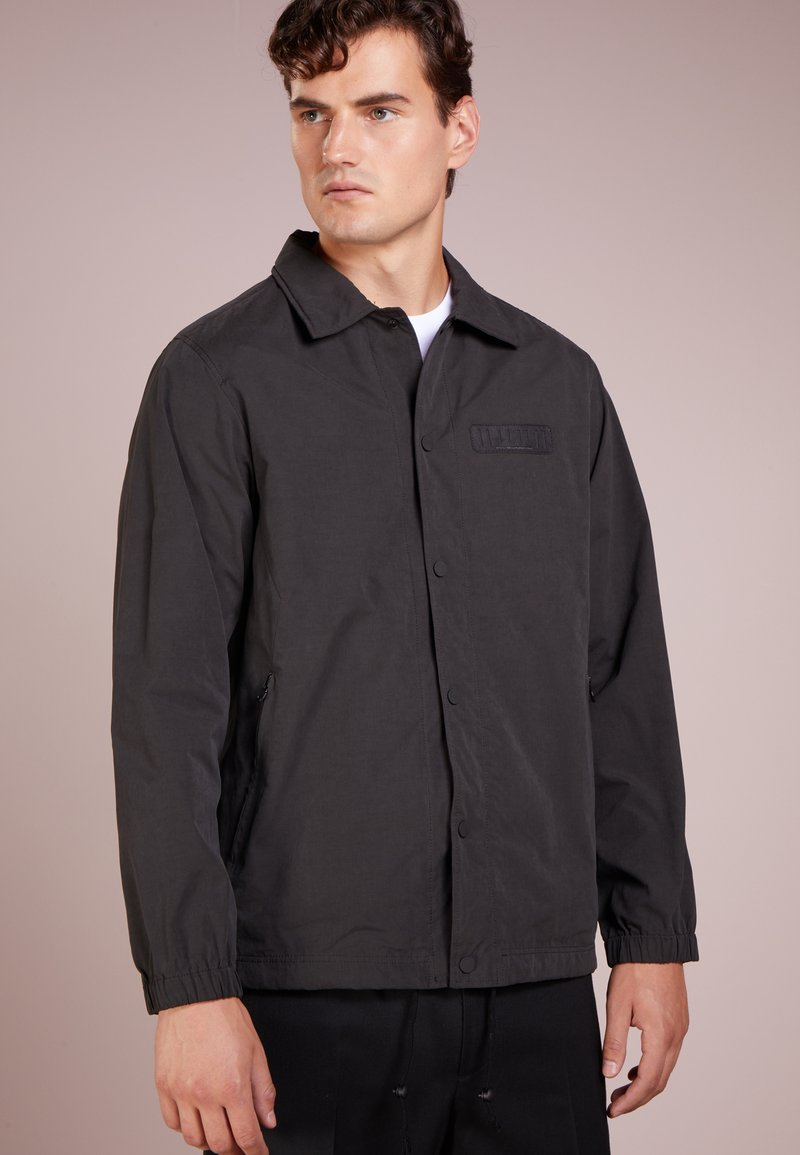 White Mountaineering - LOGO COACH JACKET - Leichte Jacke - black