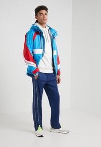 White Mountaineering - GORE TEX CONTRASTED  - Giacca outdoor - blue/red - 1