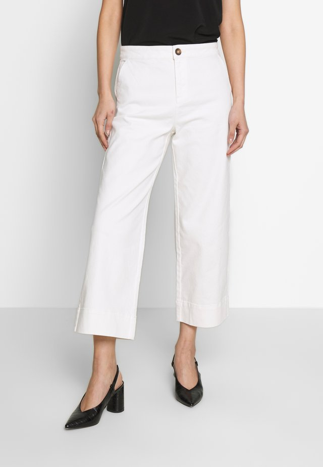 THEA WIDE LEG CROP - Široké džíny - white