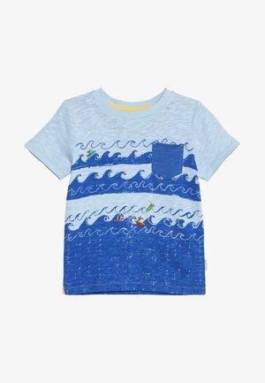 SURFS UP TEE - T-shirt med print - blue