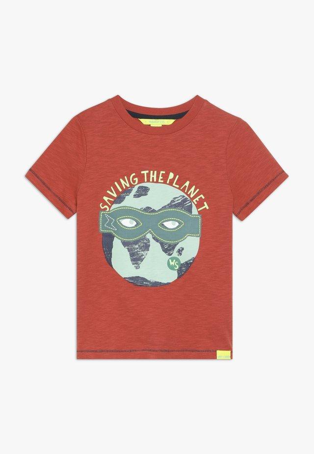 SUPERHERO TEE - T-shirt med print - rust red