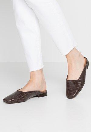 CHERRI - Pantolette flach - brunette