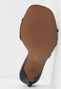 Who What Wear - ADDISON - Sandály s odděleným palcem - black - 6