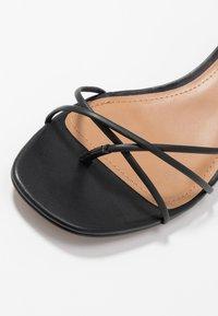 Who What Wear - ADDISON - Sandály s odděleným palcem - black - 2