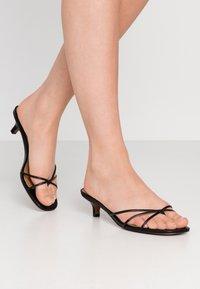 Who What Wear - ADDISON - Sandály s odděleným palcem - black - 0