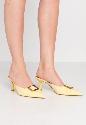 ANALISE - Pantofle na podpatku - lemon zest