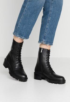 LEXI - Kotníkové boty na platformě - black