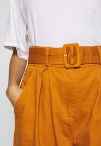 Who What Wear - THE WIDE LEG PANT - Trousers - marmalade - 6