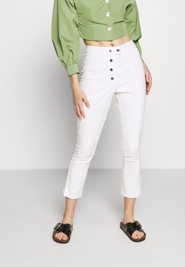 THE HIGH WAISTED BUTTON FLY CROPPED TROUSER - Tygbyxor - white