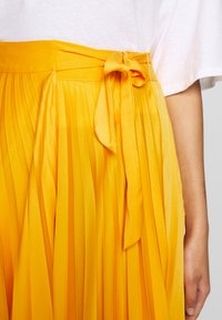 Who What Wear - THE PLEATED WRAP SKIRT - A-line skirt - sunflower - 6