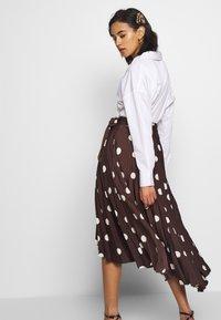 Who What Wear - THE PLEATED WRAP MIDI SKIRT - Falda acampanada - brown - 3
