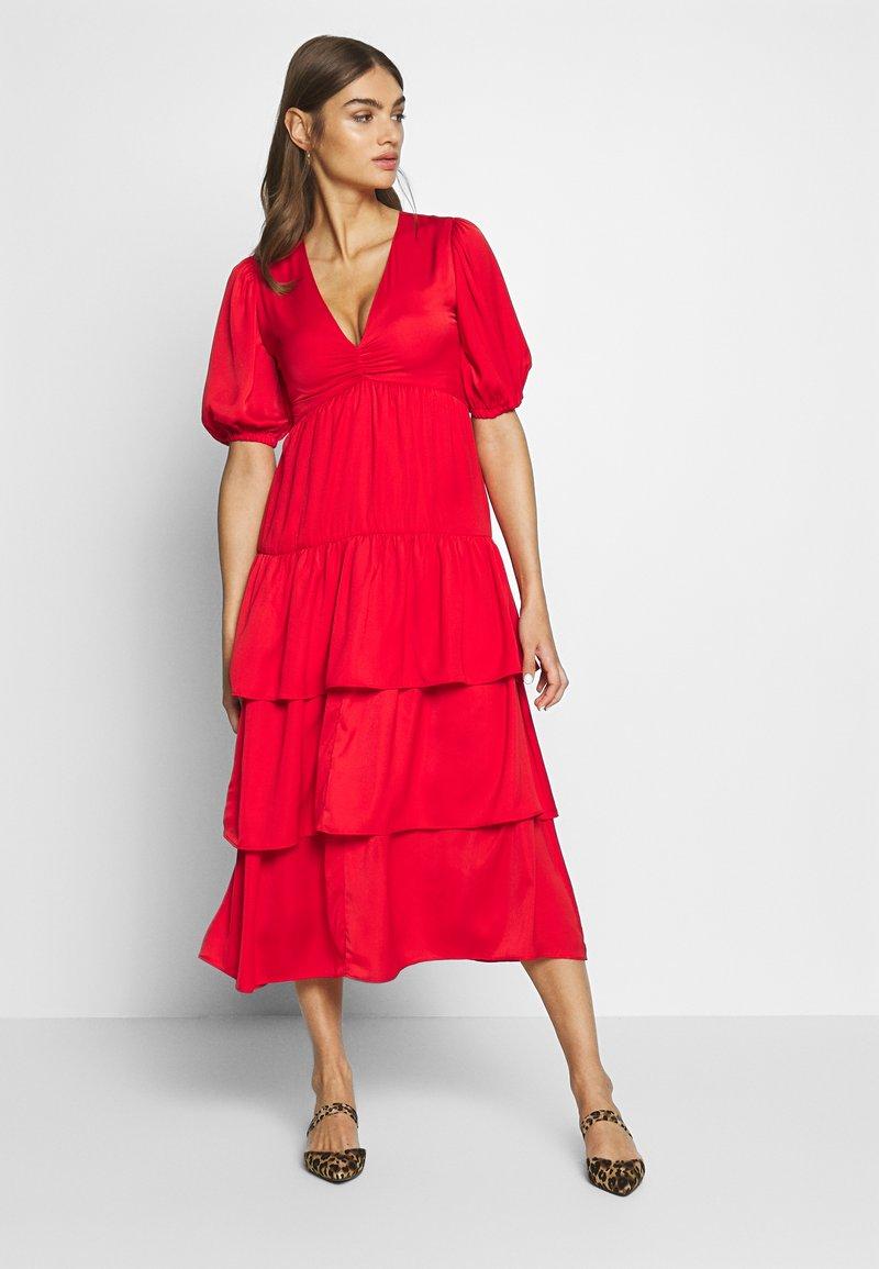 Who What Wear - THE RUFFLE MIDI DRESS - Vestido informal - carmine red