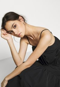 Who What Wear - THE TRAPEZE DRESS - Denní šaty - black - 4