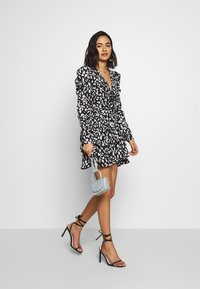 Who What Wear - THE RUCHED 80S MINI DRESS - Cocktailkjole - black/white - 1