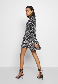 Who What Wear - THE RUCHED 80S MINI DRESS - Cocktailkjole - black/white - 2